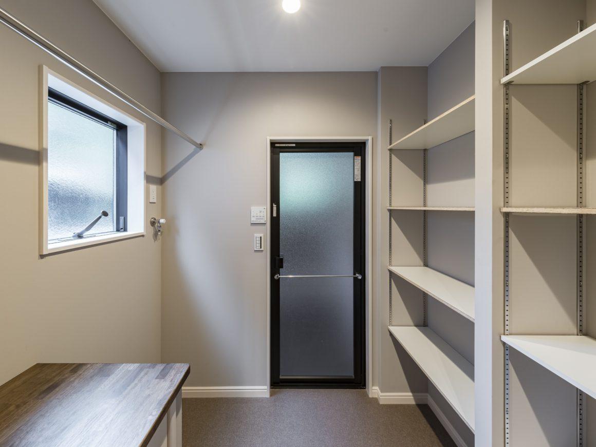 脱衣所に設けたあとちょっとの空間はタオルや衣類を収納できる30㎝の空間と洗濯機横収納。