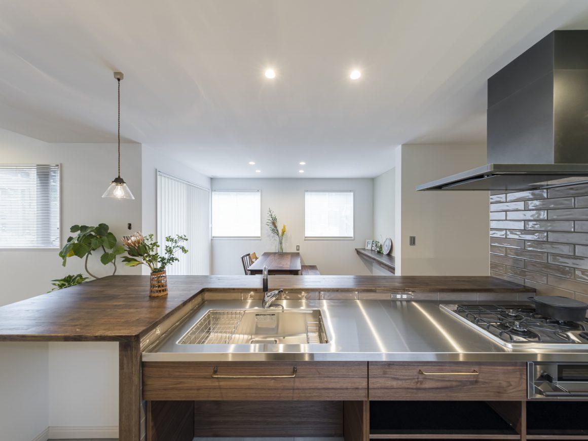 ステンレス天板が魅力的なキッチン。