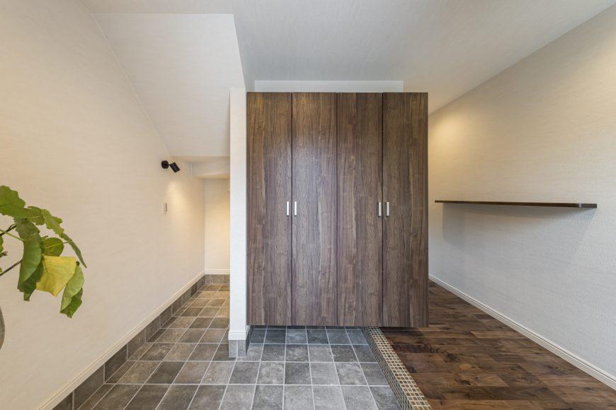 土間スペースを兼ねた広々玄関ホール