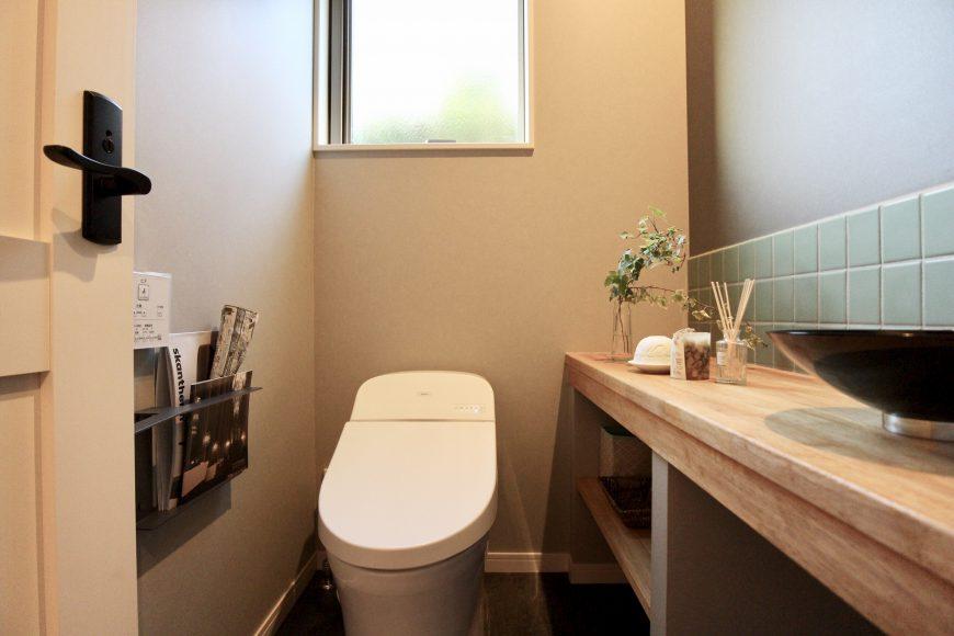トイレにもあとちょとの収納スペースを確保。