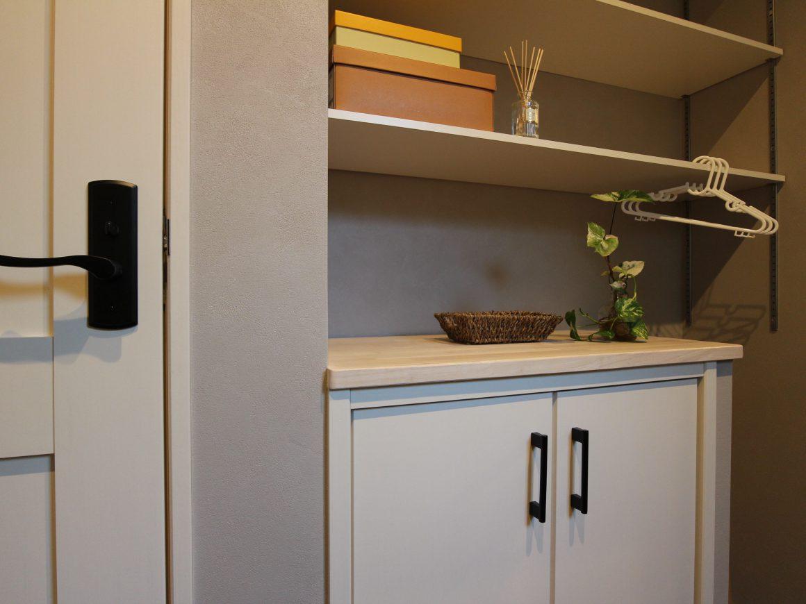 洗面所に採用したW90㎝の多戸用収納スペース。