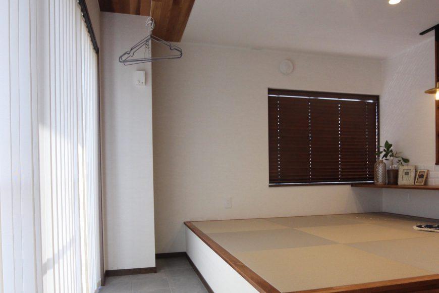 キッチンの対面に小上りスペース。
