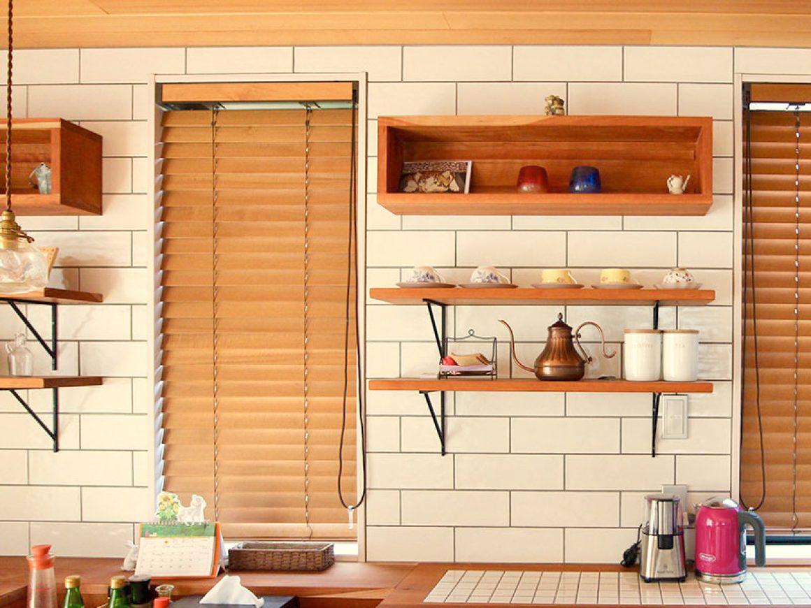 ブラックチェリーの無垢材でキッチン周辺に配置。